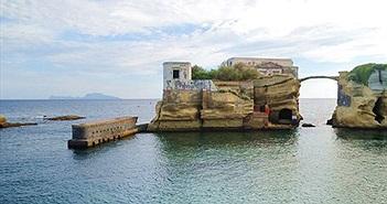 """""""Lời nguyền chết chóc"""" của hòn đảo tuyệt đẹp ở Italia"""