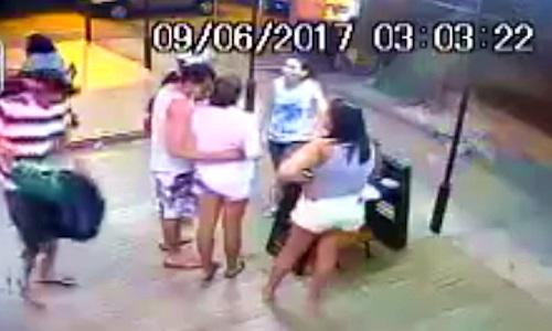 Video anh chàng thờ ơ kệ bạn gái bị đánh gây chú ý Internet tuần qua