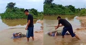Con trai đánh mẹ dã man, đẩy mẹ xuống sông... lý do chẳng ngờ
