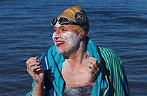 Kỷ lục người phụ nữ 37 tuổi bơi vượt biển 54 tiếng không nghỉ
