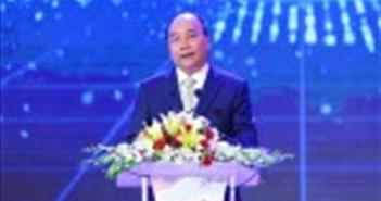"""Thủ tướng kêu gọi """"học tập và sáng tạo không ngừng"""" tại lễ trao NTĐV 2017"""