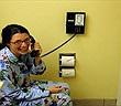 Vì sao khách sạn thường trang bị điện thoại trong nhà tắm?