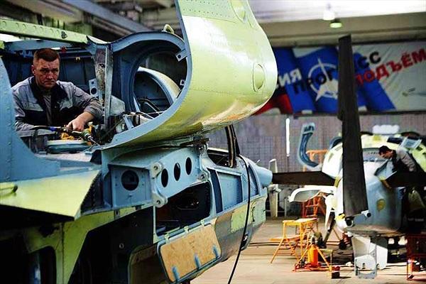 """Cảnh lắp ráp """"cá sấu bay"""" Ka-52 hiếm có của Nga"""