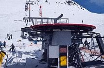 [Video] Hãi hùng cảnh cáp treo trượt tuyết đảo chiều, hất tung hàng chục người tại Mỹ
