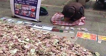 Chuyện lạ hôm nay: Người ăn xin rải tiền trên phố gây sốc