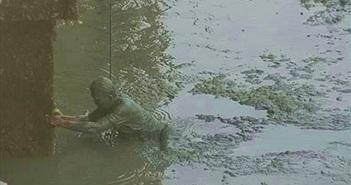 Người đàn ông nhảy xuống bùn chỉ tìm thứ này và sự thật xúc động