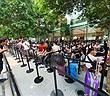 Quang cảnh xếp hàng chờ mua iPhone 11 tại Singapore, 80% là người Việt