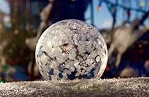 Điều gì xảy ra khi thổi  bóng xà phòng lúc tuyết rơi?