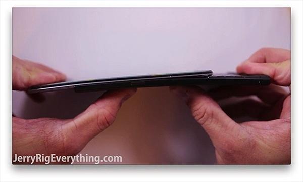 Thử độ bền BlackBerry Priv qua việc hơ lửa, cào xước và bẻ cong