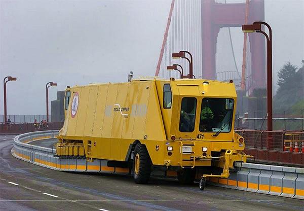 Hệ thống dịch chuyển dải phân cách di động trên cầu Cổng Vàng