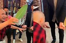 Chấn động dị nhân dùng một chiếc lá cắt đôi 8 que đũa