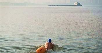 Người đàn ông bơi qua sông suốt 11 năm để đi làm cho tiện