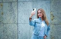 Người mẫu Phương Châu cá tính bên Galaxy S20 Ultra Trắng Tinh Vân