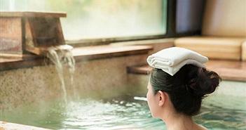 Bất ngờ lý giải chuyện người Nhật luôn đặt khăn trên đầu khi tắm