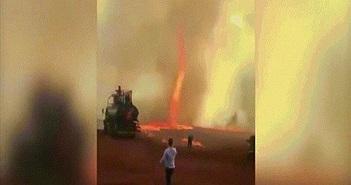 """Kinh hãi khi lốc xoáy """"quỷ lửa"""" cao 79m nóng hơn 1.000 độ C quét qua trang trại"""