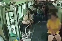 Người phụ nữ bất ngờ nhảy khỏi xe buýt đang chạy và tử vong