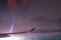 Sét hiếm đánh ngược lên trời nhìn từ máy bay