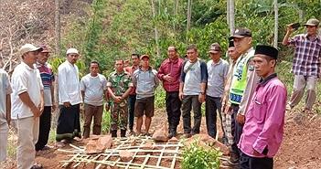 Nhớ thương người mẹ đã khuất, nam thanh niên đào mộ mang thi thể về nhà