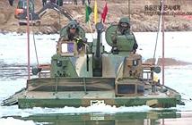 Ngoạn mục xe thiết giáp K-21 Hàn Quốc phá băng vượt sông