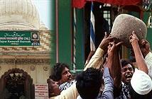 """Kỳ bí hòn đá """"thánh"""" 90kg biết bay ở Ấn Độ"""