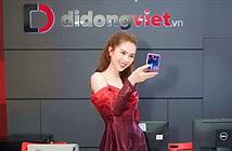 Nữ hoàng hàng hiệu Ngọc Trinh trên tay Galaxy Z Flip đầu tiên trong ngày mở bán tại Việt Nam