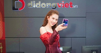 'Nữ hoàng hàng hiệu' Ngọc Trinh trên tay Galaxy Z Flip đầu tiên trong ngày mở bán tại Việt Nam