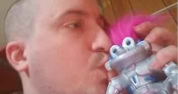 Người đàn ông yêu say đắm một con robot nam