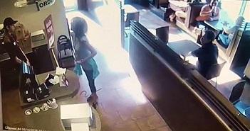 """Ở giữa nhà hàng, người phụ nữ đi vệ sinh theo cách """"sốc toàn tập"""""""