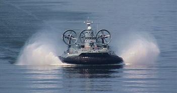 Quan sát tàu đệm khí Nga lớn nhất thế giới tập trận