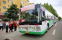 Cô dâu tự tay lái... xe buýt đưa chú rể đến lễ cưới ở Trung Quốc