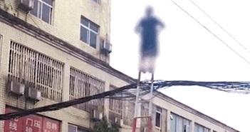 Chuyện lạ hôm nay: Cụ bà 70 leo thang, đánh đu trên dây điện...