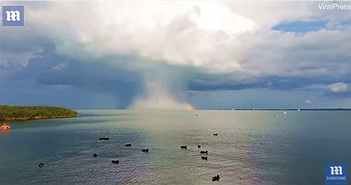 Bom mưa trút nước ồ ạt trên mặt hồ Hungary