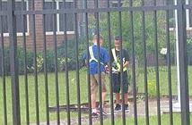 Học sinh mưa gió vẫn đứng nghiêm trang... ai cũng ngỡ ngàng với sự thực