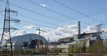 Chụp khối thép khổng lồ nặng 36 nghìn tấn lên lò phản ứng nguyên tử Chernobyl