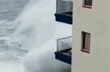 Kinh hoàng sóng cao 8m cuốn phăng ban công tầng 3