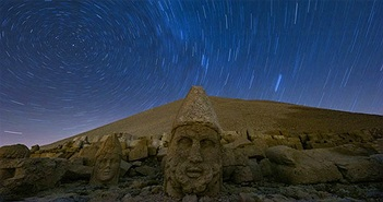 Hoàng hôn kỳ diệu trên những tượng đầu đá khổng lồ