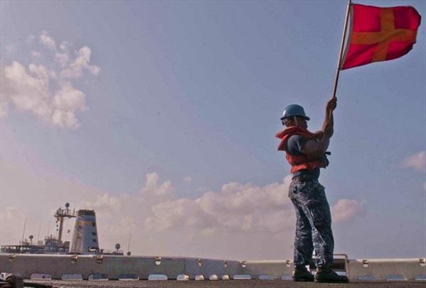 [ẢNH] Tìm hiểu quy trình tiếp liệu cho tàu chiến Mỹ trên biển