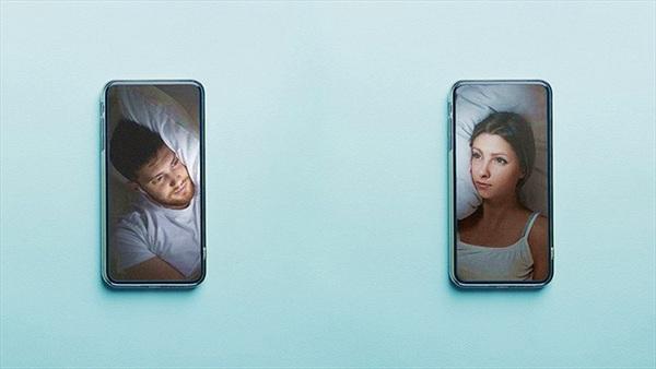 Không thể đụng chạm, đôi yêu xa 'ngủ cùng nhau' qua video call