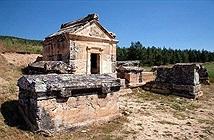 Bí ẩn rợn người về ngôi đền bước chân vào là mất mạng