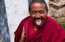 Lạ: Người Tây Tạng chuyên lè lưỡi du khách và ý nghĩa...