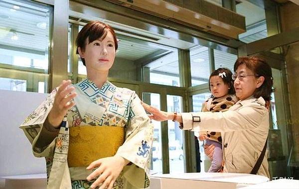 """Tại sao người Nhật Bản """"phát cuồng"""" với robot nữ"""