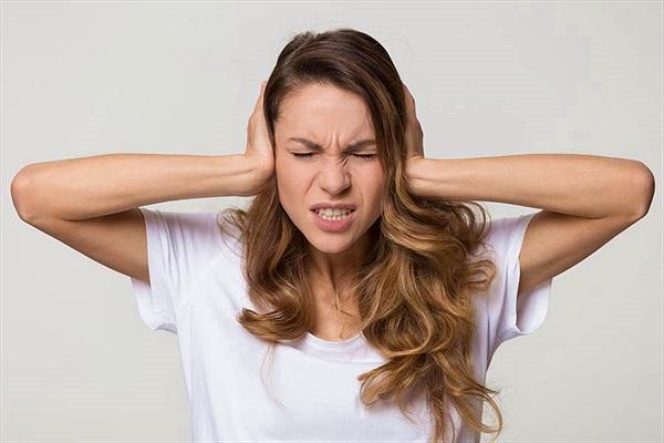 Lạ: Cô gái cứ nghe thấy âm thanh là đau đớn cùng cực