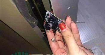 Vợ chồng son phát hiện bí mật của người thuê trước nhờ chiếc tivi cũ