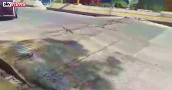 Mặt đường phập phồng như đang hít thở sau động đất
