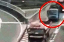 Cô gái mở cửa xe, nhảy đường cao tốc vì lý do chẳng ngờ