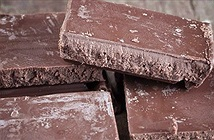Phát hiện mảng trắng trên bề mặt chocolate, bạn ăn tiếp hay vứt bỏ chúng?