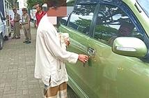 Đi ăn xin nhưng có ô tô riêng, người đàn ông bị ném đá dữ dội