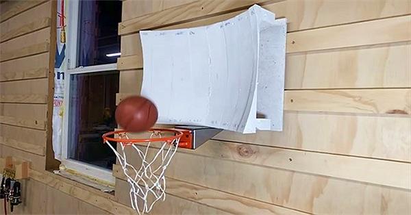 Chàng trai thiết kế bảng bóng rổ giúp ném kiểu gì cũng vào