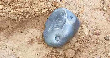 """""""Thiên thạch"""" kim loại nặng 2,8kg đâm xuống mặt đất"""