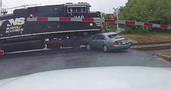 CLIP HOT NGÀY 23/9: Toyota gây tai nạn khủng khiếp, tàu hỏa cuốn văng ôtô